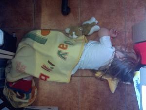 Zoe's Erschöpfungsschlaf nach dem Kindergarten