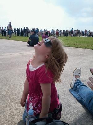 Zoe beobachtet die Flugshow
